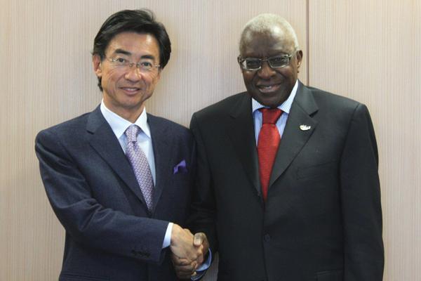 IAAF President Lamine Diack with Seiko Holdings Corporation Chairman & Group CEO Shinji Hattori (Dentsu)