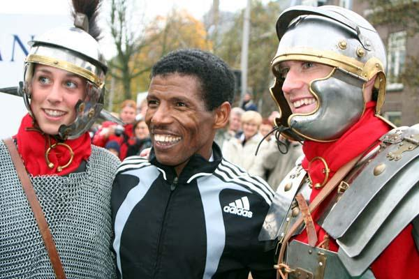 Haile Gebrselassie after winning the 2005 Seven Hills 15km (Willem van Gerwen)