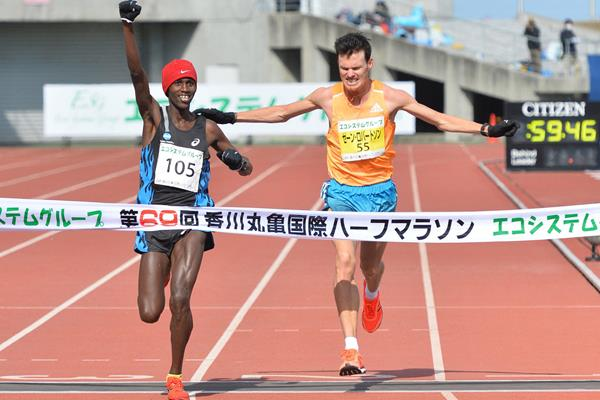 Paul Kuira just edges out Zane Robertson at the 2015 Marugame Half Marathon (Getsuriku - Masamichi Makino)
