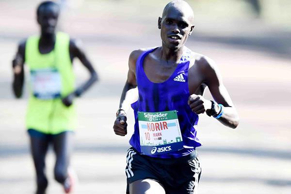 Mark Korir en route to winning at the 2015 Paris Marathon (Jiro Mochizuki)