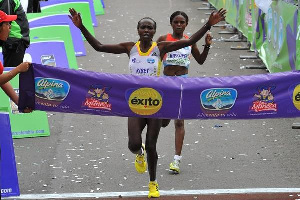 Sylvia Kibet beats Paskalia Kipkoech to win the 2013 Carrera de la Mujer in Bogota  (Sean Wallace-Jones / IAAF)