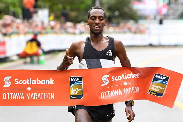 Dino Sefir winning the 2016 Ottawa Marathon (Bruce Wodder/Photo Run)