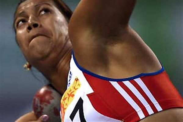 Cuba's Misleydis González shot putting in the Pan Ams (AFP / Getty Images)