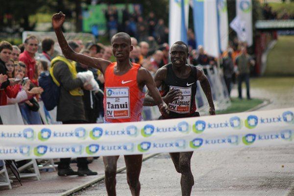 Paul Tanui pulls out a narrow win at the Elgoibar Cross Country (Alfambra Fundación ANOC)