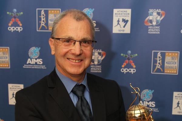 Jo Schindler, Race Director of the BMW Frankfurt Marathon with the 2014 AIMS Green Award (AIMS / Francis Kay - Marathon-Photos.com)