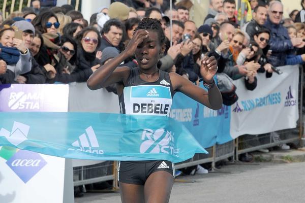 Workenesh Degefa winning at the 2016 Rome-Ostia Half Marathon (Organisers)