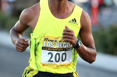 Bekana Daba en route to a victory at the Las Vegas Half Marathon (Victah Sailer)
