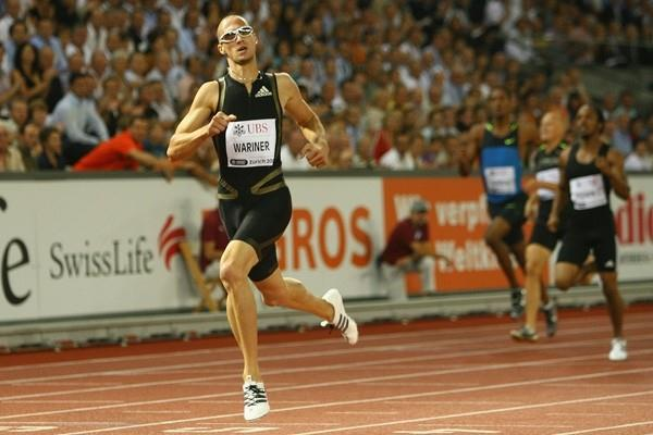 Jeremy Wariner dips under 44 seconds to win the 400m (Getty Images)