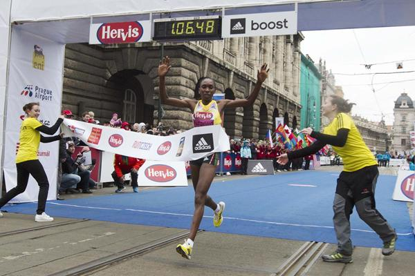 Gladys Cherono breaks the course record at the Prague Half Marathon (Organisers)