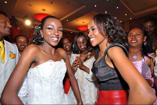 Meseret Defar (r) and Tirunesh Dibaba dance at Dibaba's wedding celebration (Jiro Mochizuki (Agence shot))