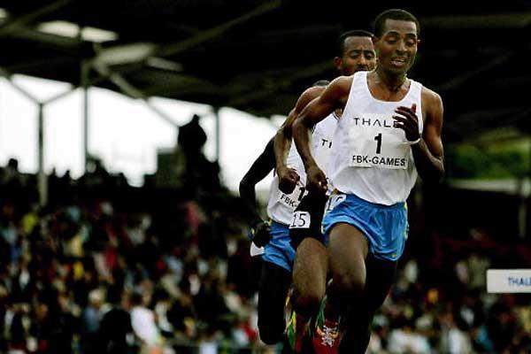 Kenenisa Bekele leads Abebe Dinkessa in the 2005 Hengelo 10,000m (AFP/Getty Images)