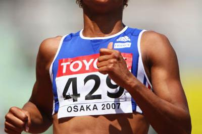 Christine Arron of France easily advances to the 100m quarter finals (Getty Images)