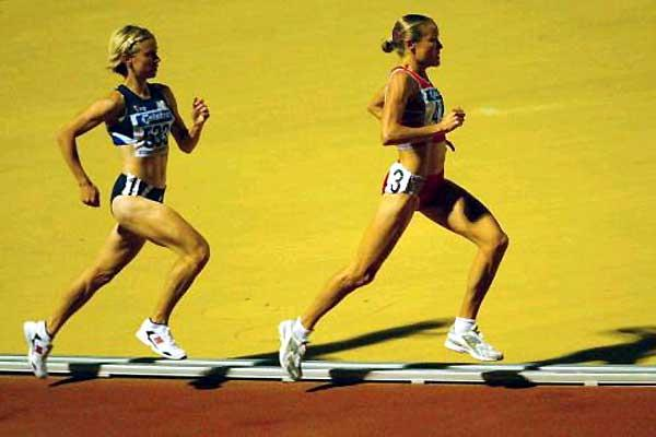Benita Johnson leads Haley McGregor in the women's 10000m final (Getty Images)