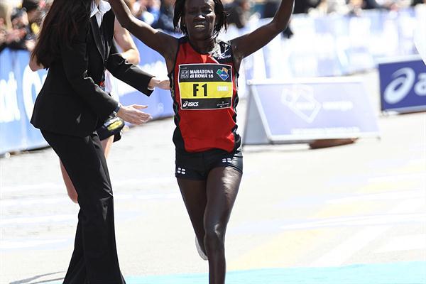 All smiles - Hellen Kimutai winning the 2012 Rome Marathon (Giancarlo Colombo/FIDAL)