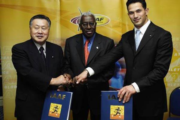 Lamine Diack, Yoshirou Mori and Koji Murofushi after 2007 World Championships are awarded to Osaka (Getty Images)