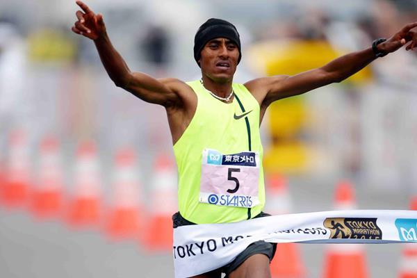 Endeshaw Negesse wins at the 2015 Tokyo Marathon (Yamaguchi - Agence SHOT)
