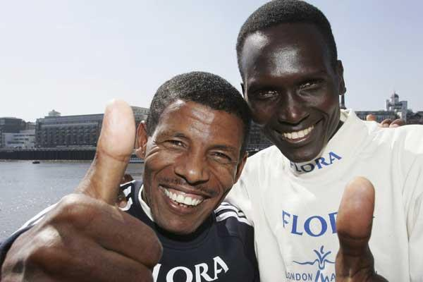 Haile Gebrselassie and Paul Tergat give a 'Thumbs up' sign of confidence in London (Getty Images)