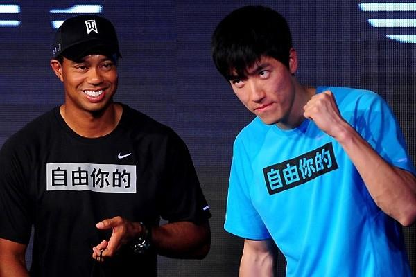 Tiger Woods and Liu Xiang at the Beijing Sports University, 13 April 2011 (Getty Images)