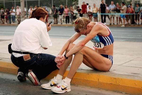 A dejected Paula Radcliffe after failing to finish the women's marathon (Getty Images)