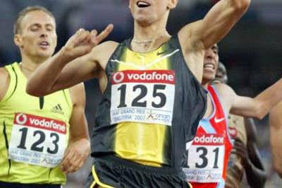 All smiles - Yuriy Borzakovskiy winning in Athens (Tsiklitiria organisers)