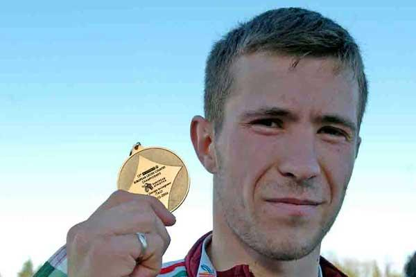 Barnabas Bene of Hungary with U23 medal at 2006 European XC (Hasse Sjögren)