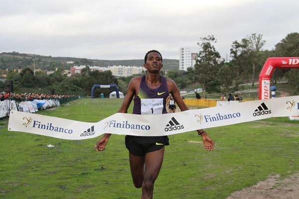 Teklemariam Medhin wins the 2010 Oeiras XC (Marcelino Almeida)