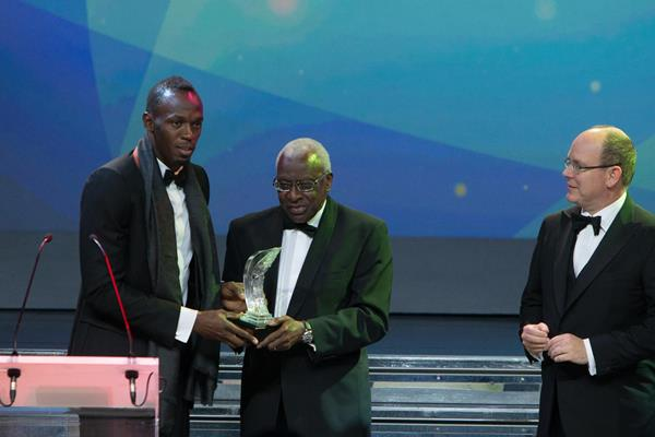 Usain Bolt receives the 2013 World Athlete of the Year award from IAAF President Lamine Diack (Philippe Fitte)
