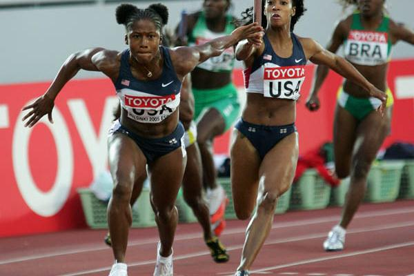 Lauryn Williams of the US takes over from Me'Lisa Barber in the last leg of the women's 4x100m final (Getty Images)