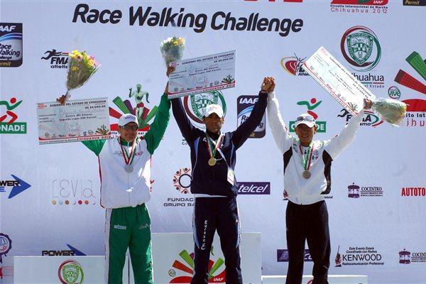Chihuahua 50k podium: runner-up Clemente Garcia, winner Omar Zepeda and José Leyver Ojeda (Chihuahua organisers)