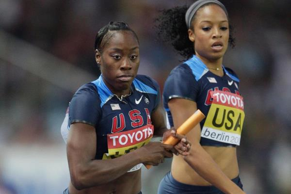 Jessica Beard receives the baton from US team-mate Natasha Hastings in the 4x400m (Getty Images)
