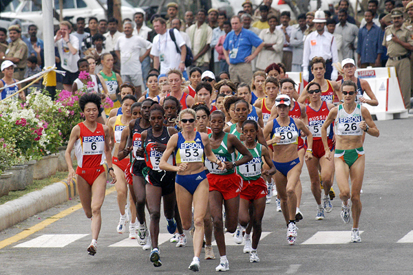 The women's lead pack at the 2004 IAAF World Half Marathon Championships in New Delhi (AFP / Getty Images)
