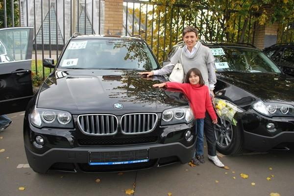 Tatyana Lebedeva with her daughter pose with the new BMW car (Yelena Kurdyumova and Sergy Porada)