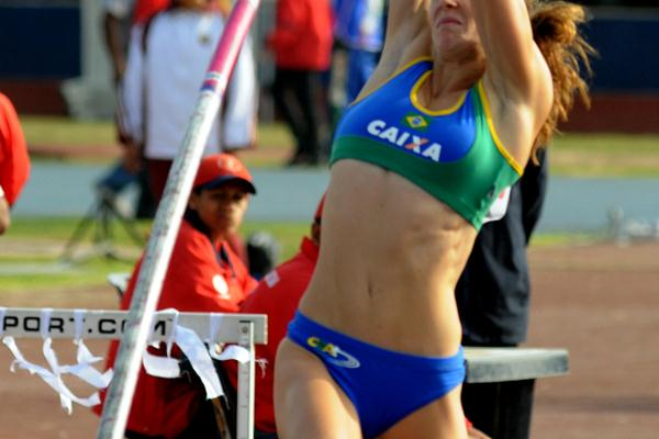 Fabiana Murer on the way to her 4.60m meet record at the South American Championships (Eduardo Biscayart)