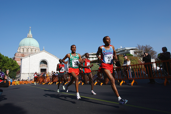 Zersenay Tadesse leads the field in Udine (Getty Images)