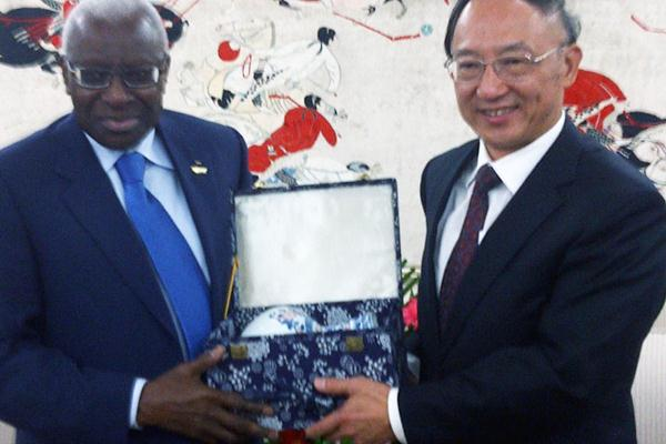 Lamine Diack with China's Sport Minister Liu Peng (IAAF)