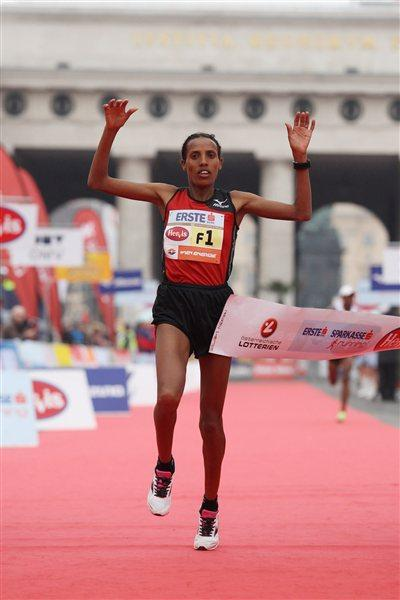 Fate Tola wins the women's division of the 2012 Vienna Marathon (Jean-Pierre Durand)