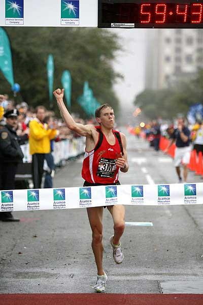 Ryan Hall punches the air with delight as he wins the 2007 USA Half Marathon Championship in Houston in 59:43 (Victah Sailer)