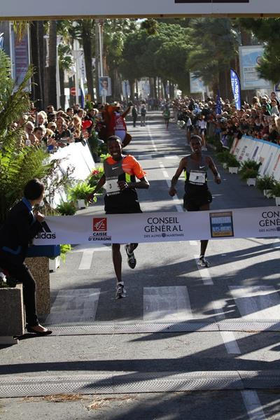 Abdisa Sori and Edeo Telo battle for victory at the 2013 Marathon des Alpes-Maritimes Nice-Cannes  (Organisers / mouv-up.com)