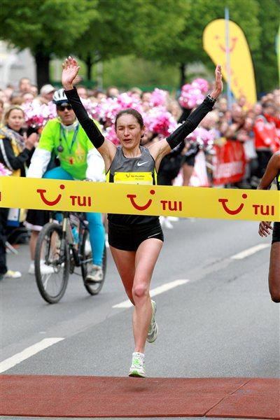 Natalya Puchkova of Russia en route to a 2:30:17 course record in Hannover (Victah Sailer)