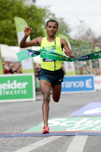 Kenenisa Bekele wins the Paris Marathon in a course record of 2:05:03 (Jiro Mochizuki)