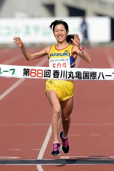 Eri Makikawa wins at the 2014 Marugame Half Marathon (Masamichi Makino (Getsuriku))