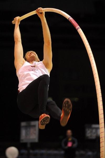 Darren Niedermeyer scales a career best 5.60m in Reno (Kirby Lee)