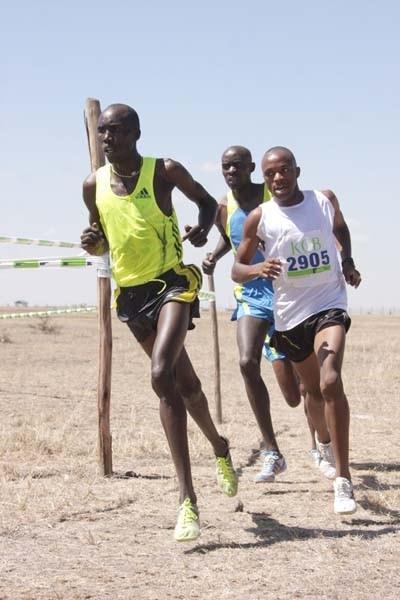 Mukundi Mwangi (right) on his way to winning Kenyan Police Administrative XC Champs title (Stafford Ondego, The Standard)