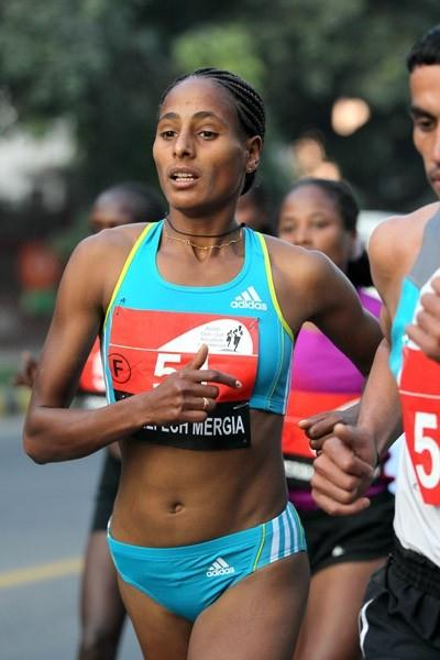 Aselefech Mergia on the way to her second victory in the Delhi Half Marathon (Victah Sailer)