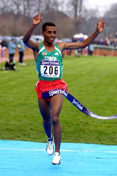 Bekele breaking the tape at the 2002 World Cross Country Championships (Getty Images)