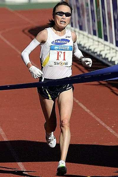 Lee Eung-jung the women's winner of the 2007 Seoul JoongAng Marathon (c)