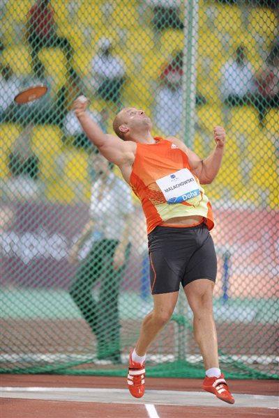 Piotr Malachowski throws at the 2012 Samsung Diamond League in Doha (Jiro Mochizuki)