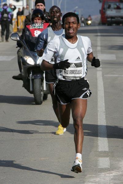 Haile Gebrselassie en route to his win at the 2006 Granollers Half-Marathon (Pere Cornellas)