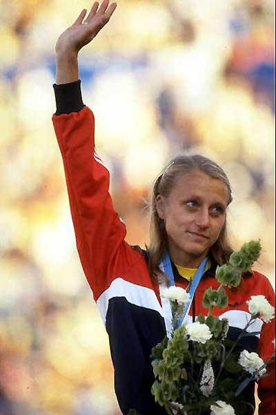 Grete Waitz salutes the Helsinki crowd after her 1983 World Championship win (Getty Images)