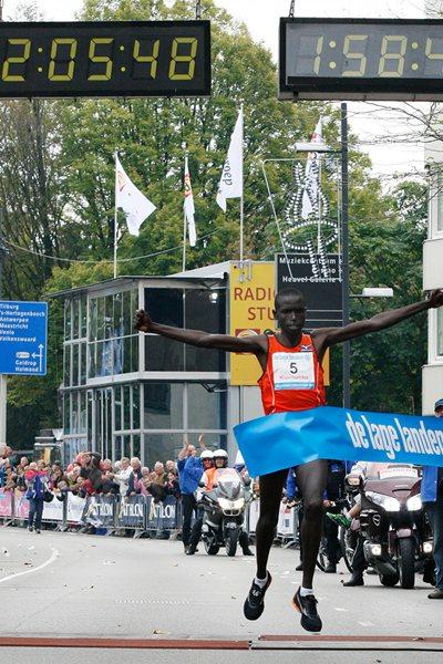 Jafred Chirchir Kipchumba clocks a sizzling 2:05:48 in Eindhoven (Delmeire Images)